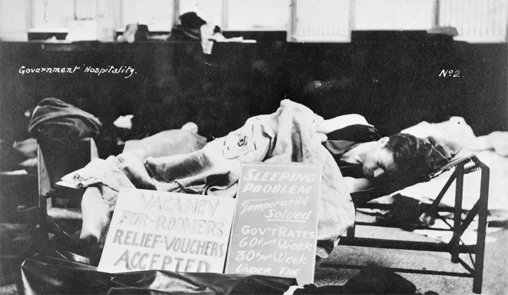 Un homme endormi sur un lit de camp pendant la crises des années 1930