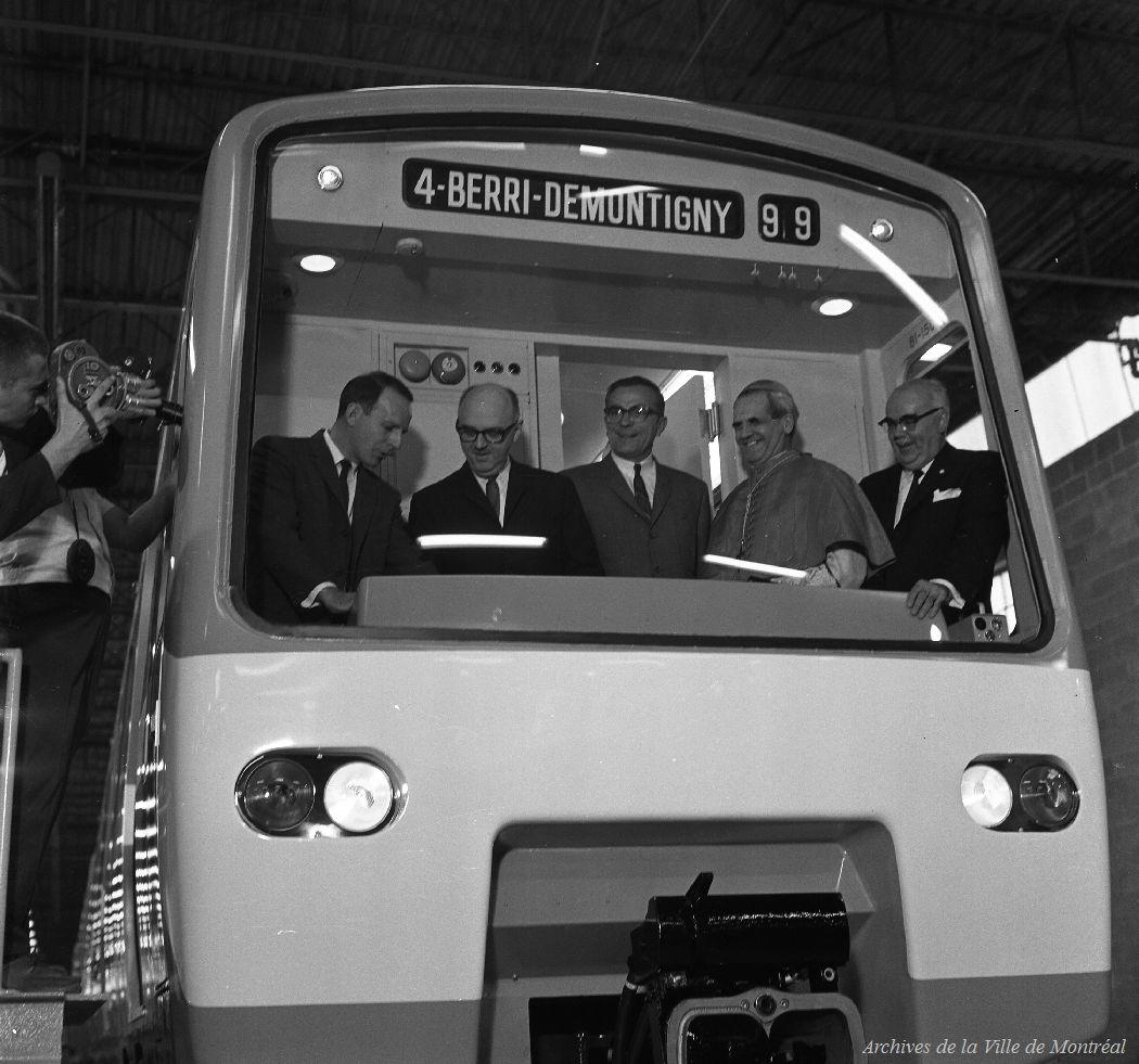 Livraison des premières voitures du métro de Montréal, 1965