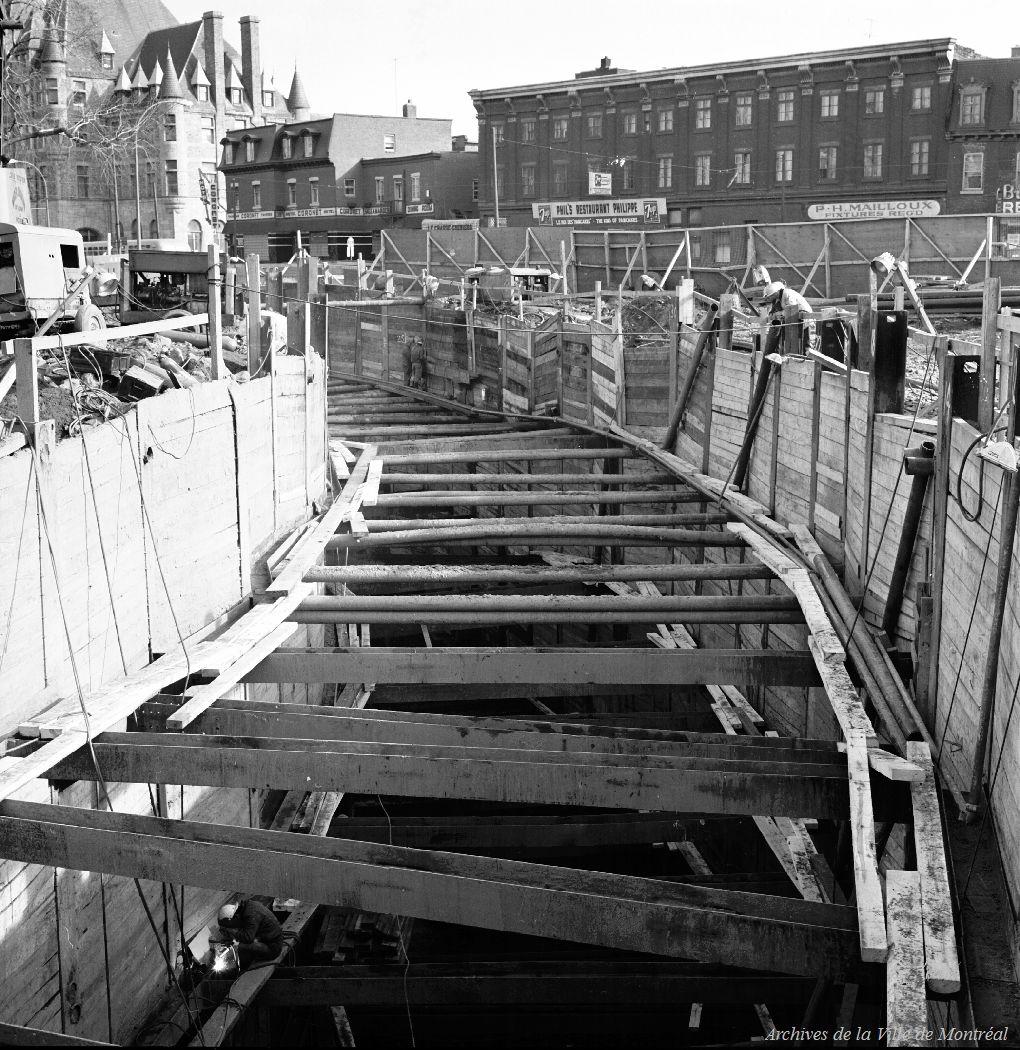 Travaux de construction du métro près du square Viger, Montréal, 1964