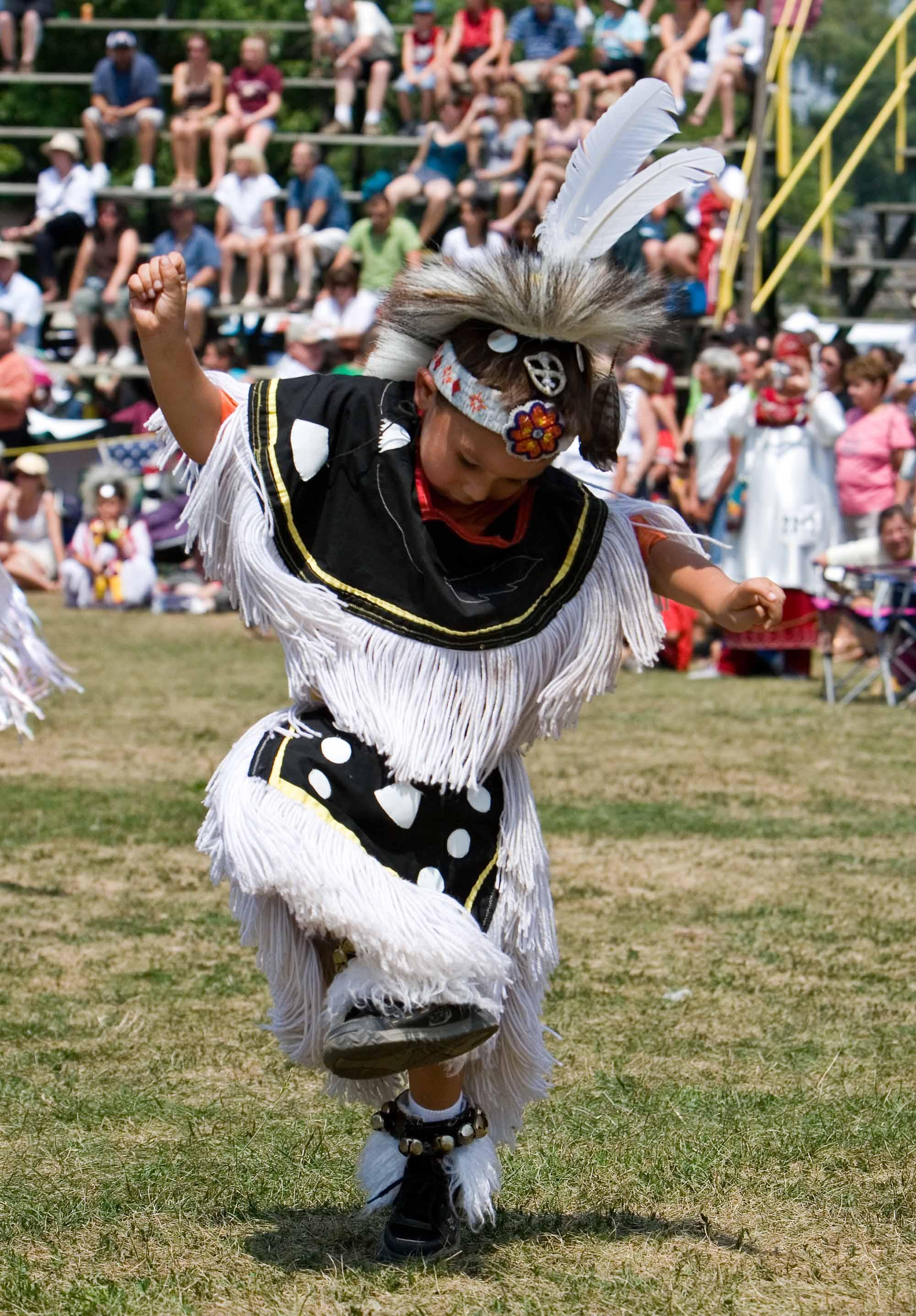 Adepte de la danse des herbes sacrées dans un pow-wow