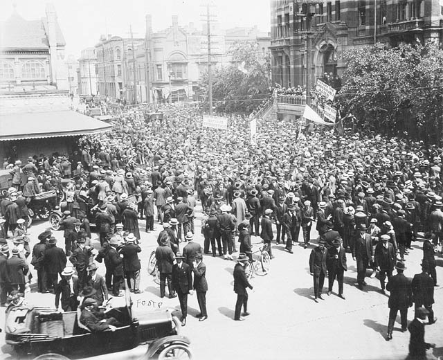 Scène de rue lors de la grève générale de Winnipeg, en 1919.