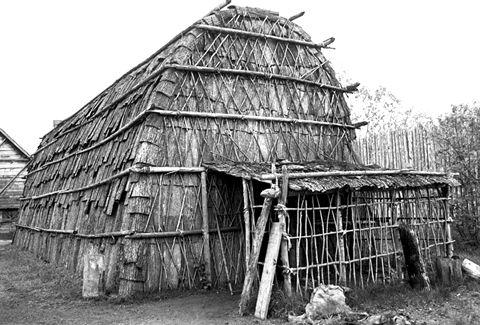 Vue extérieure d'une maison longue reconstru