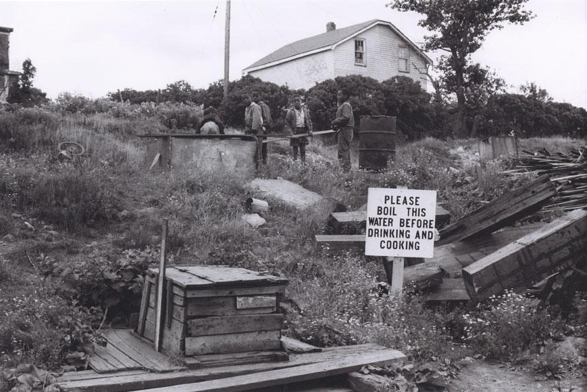 Enfants jouant autour d'un puits à africville, 1965.