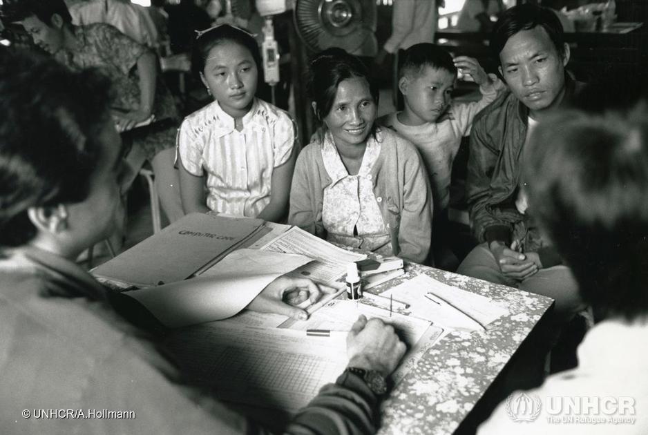 Des réfugiés laotiens reçoivent de l'information à propos de leur réinstallation, camp de Chiang Kham, Thaïlande, 1988