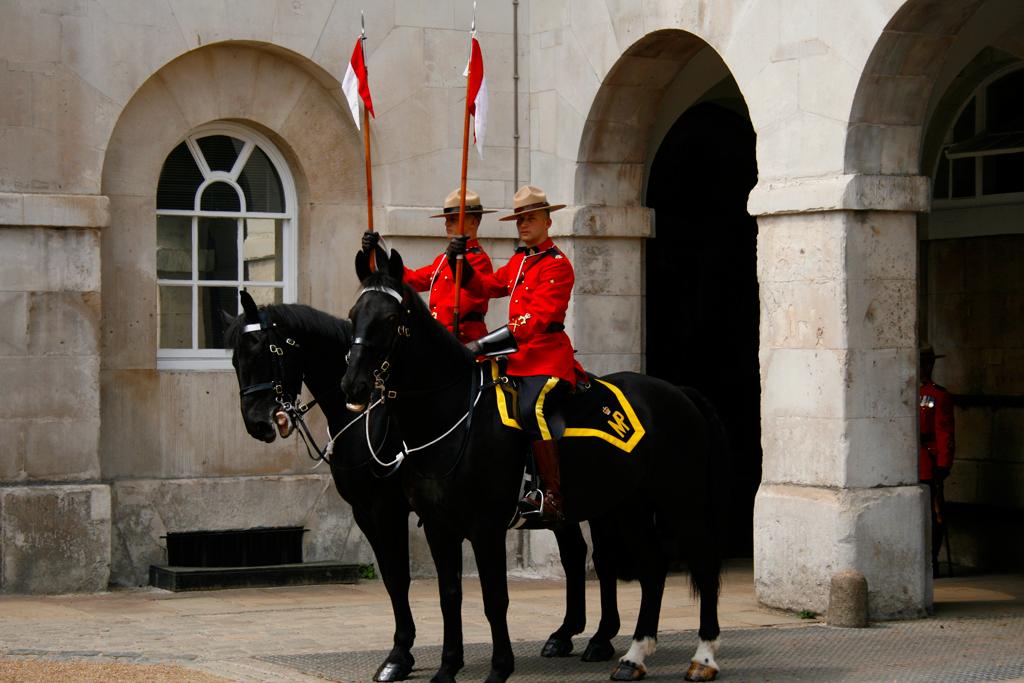 Deux cavaliers se préparent pour leur tour de garde