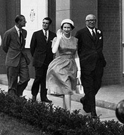 La reine Elizabeth II inaugure une raffinerie de sucre