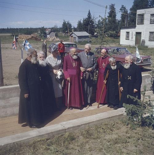Le gouverneur-général et Pauline Vanier avec le clergé catholique
