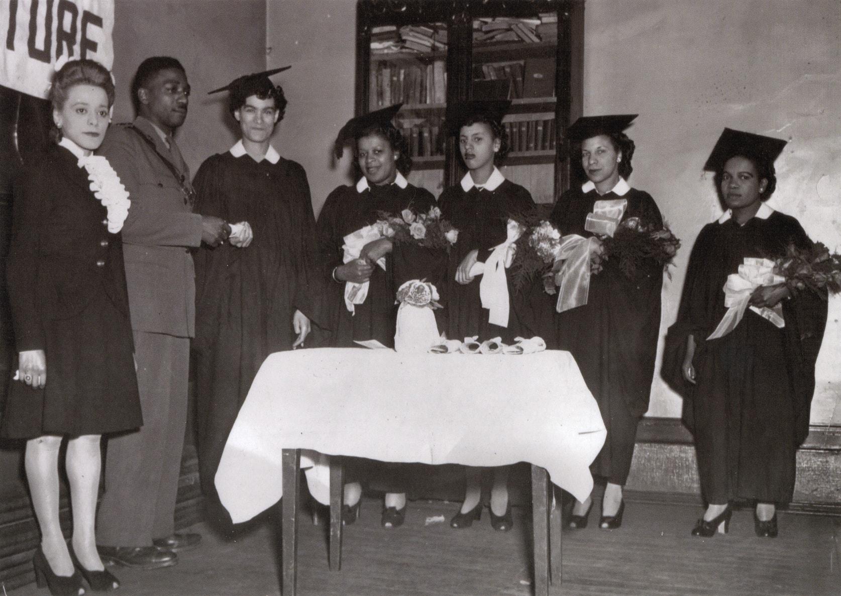 Viola Desmond aux côtés de diplômées