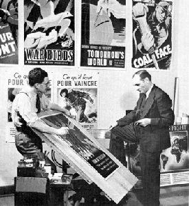 John Grierson (à droite) examine les affiches de films de l'ONF
