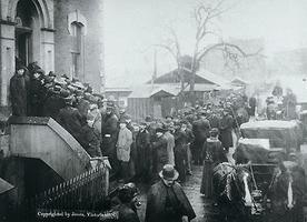 Les mineurs du Klondike achètent des permis