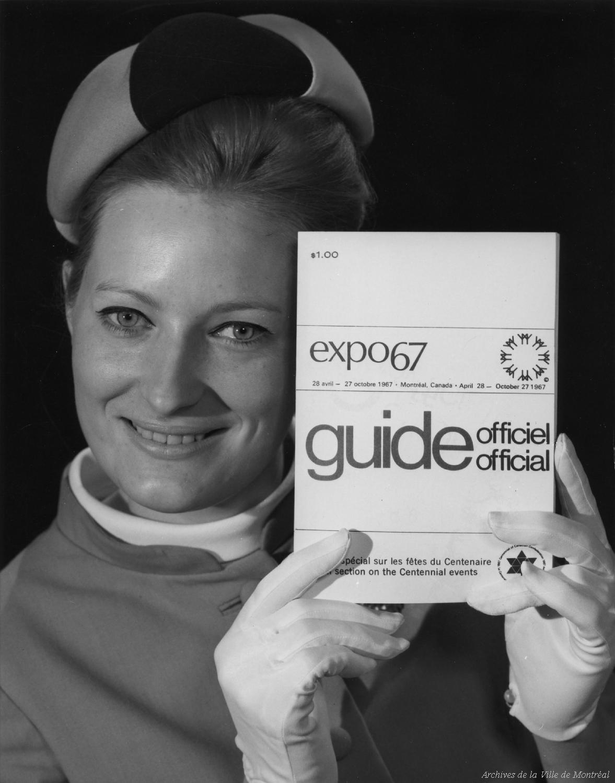 Hôtesse d'Expo 67 présentant des documents publicitaires
