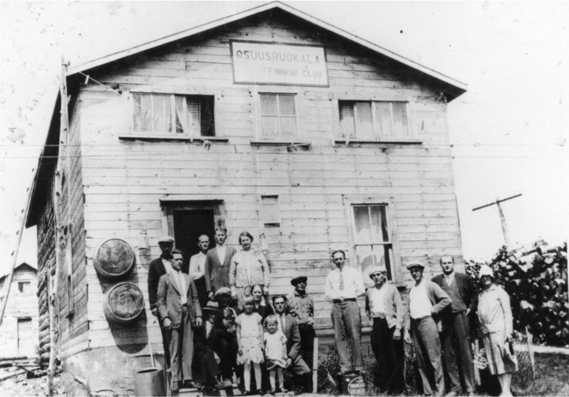 Des Finlandais à l'exterieur de leur coopérative cantine à Rouyn au Quebec en 1926
