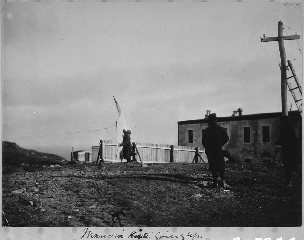 Photo du cerf volant de Marconi s'envolant sur la colline de Signal Hill