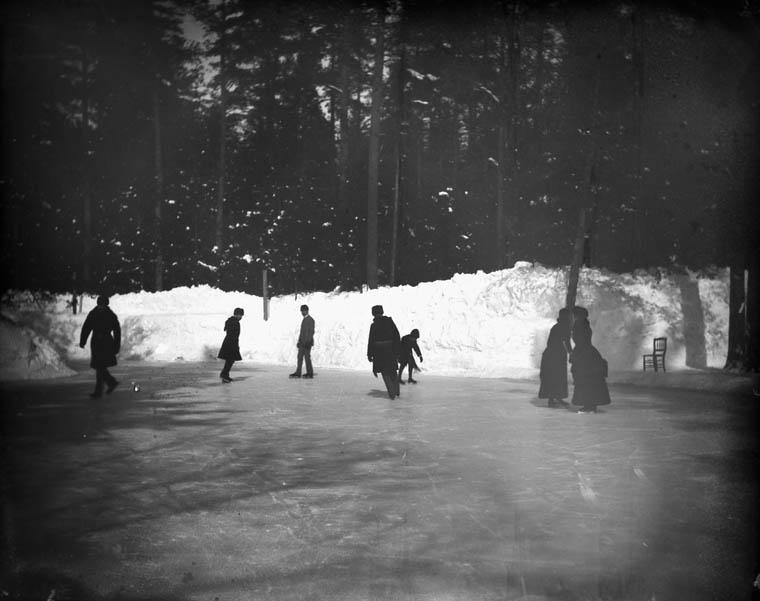 Patinant sur la glace à Rideau Hall