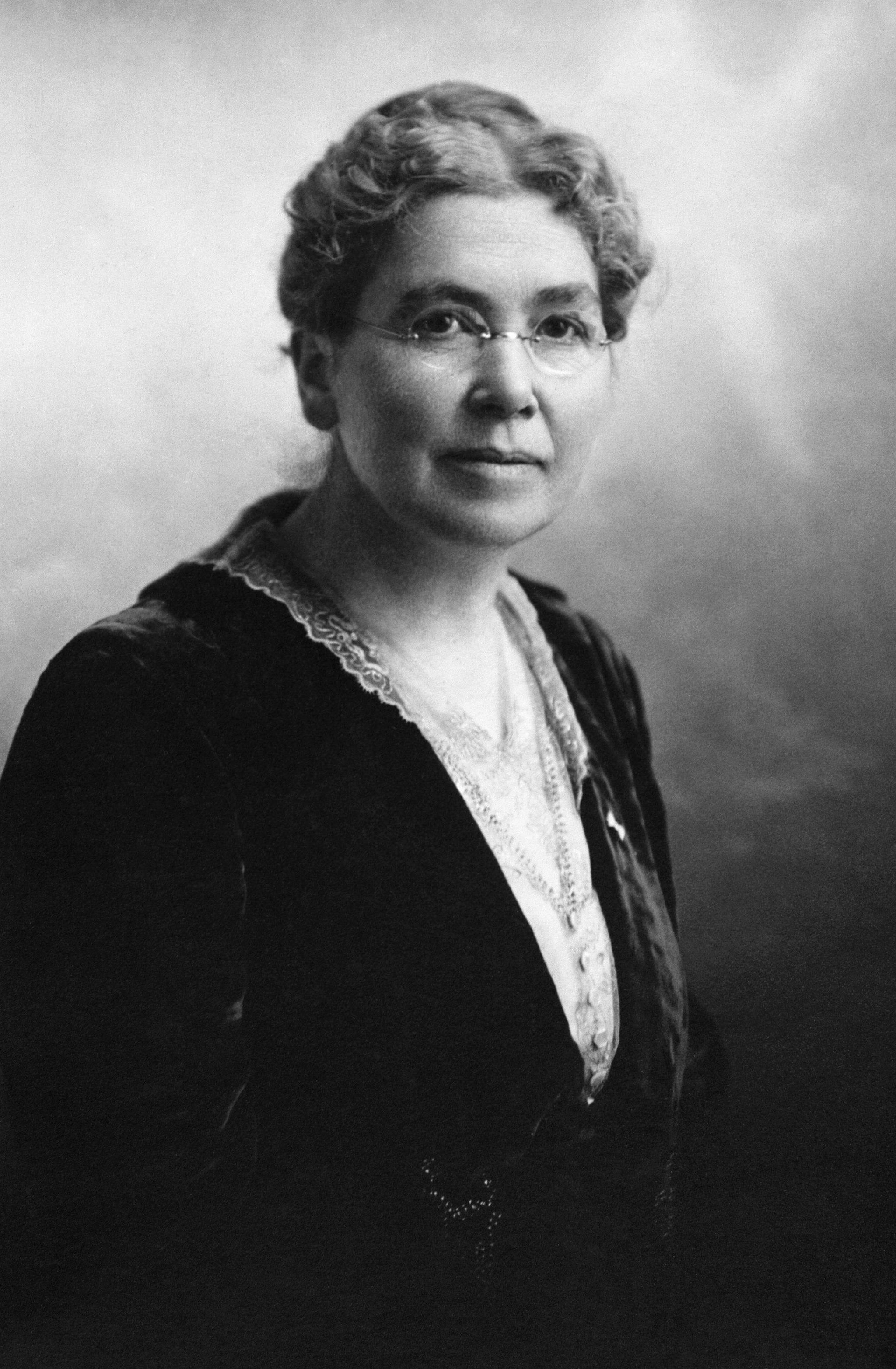 Louise McKinney en 1917