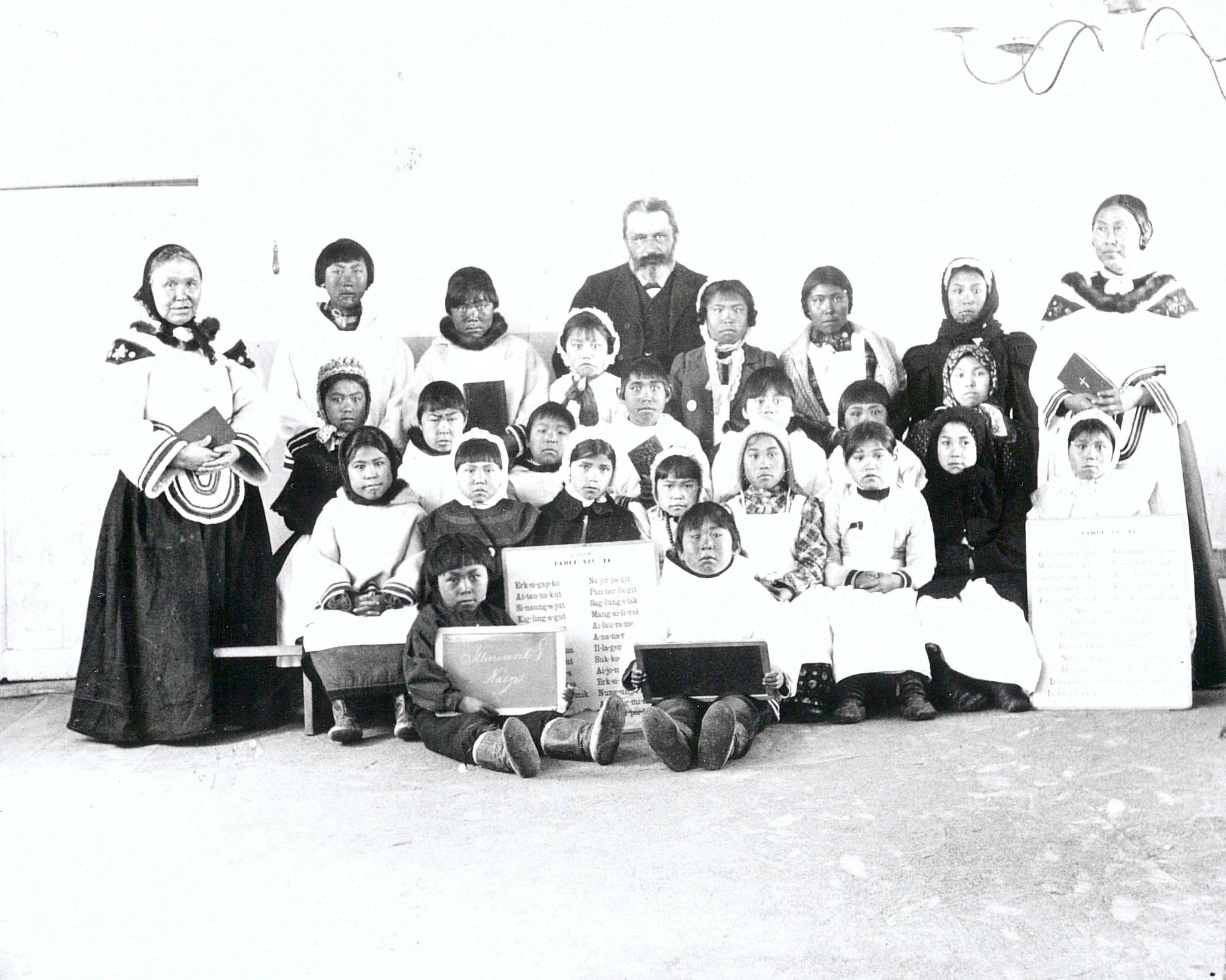 """Eine Schulergrupper in Nain"" (1908)"