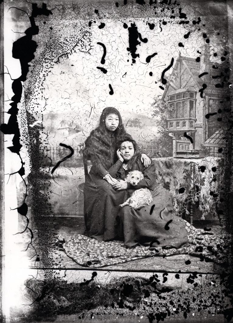 Deux jeunes filles des Premières Nations tenant un chien laineux des peuples salish