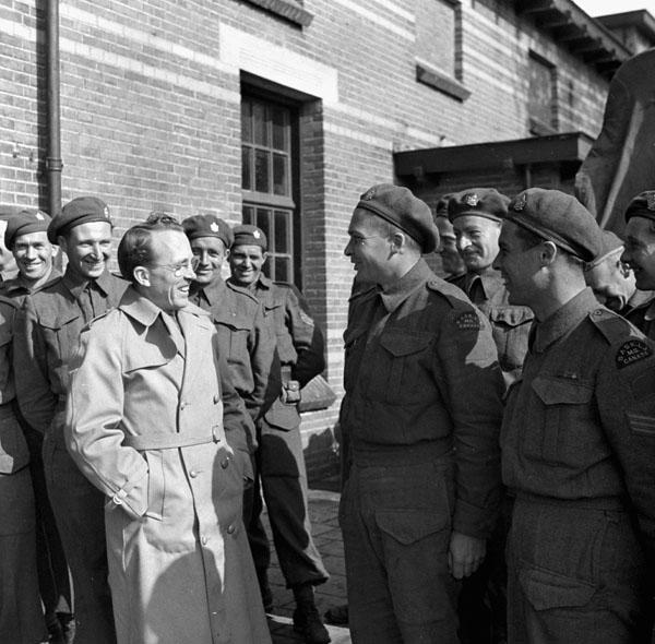 Tommy Douglas avec le Saskatoon Light Infantry