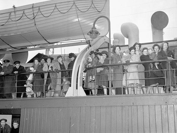 Des épouses de guerre à bord d'un navire