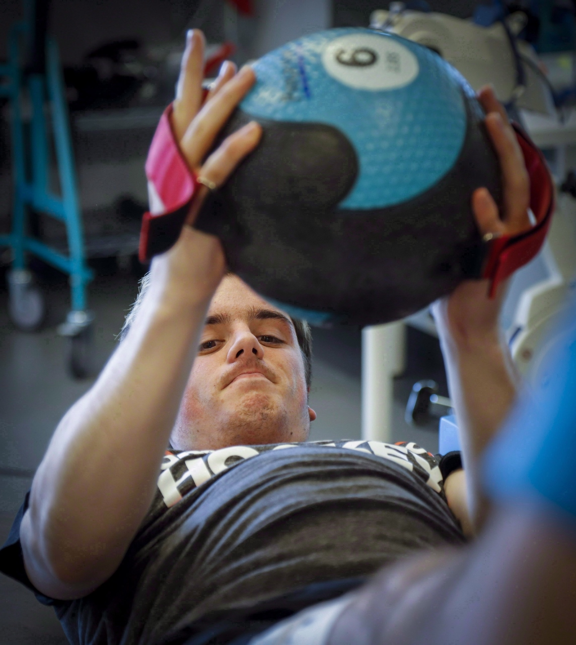 Photo de Ryan Straschnitzki, survivant de l'accident d'autobus, lors d'une séance de physiothérapie.