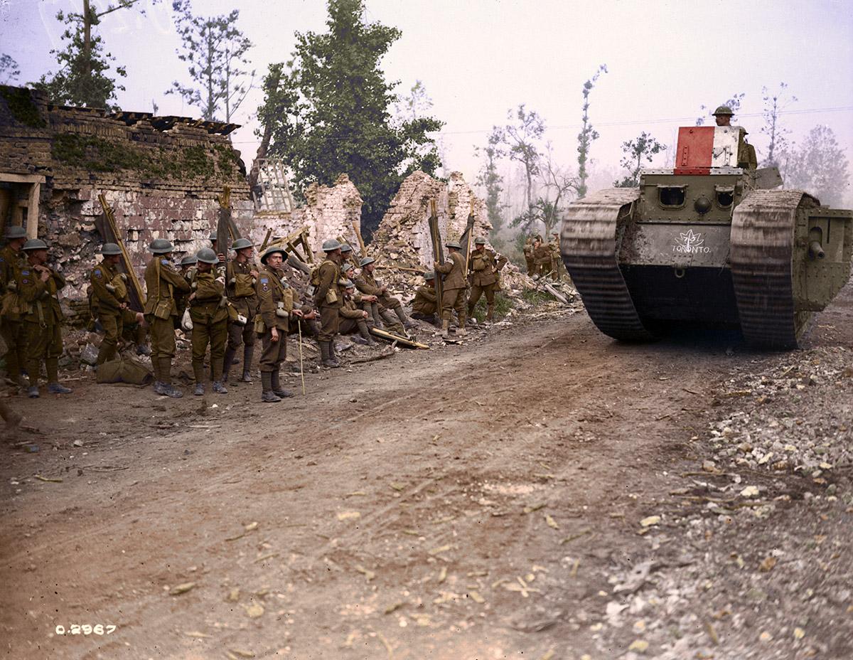 Char d'assaut doublant la 8e ambulance de campagne, Hangard.  Bataille d'Amiens, août 1918.
