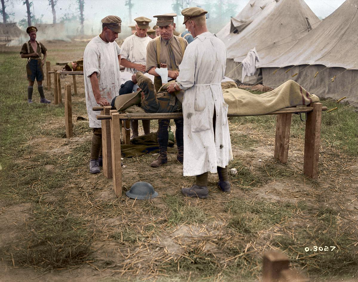 Le major McGill et ses collaborateurs, 5e Ambulance de campagne canadienne, pansant des blessés à ciel ouvert, bataille d'Amiens.