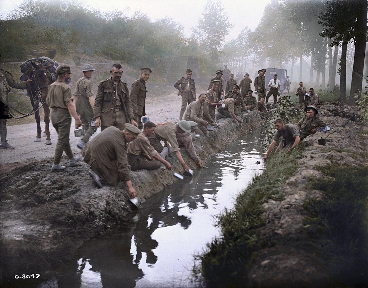 Canadiens remplissant leurs gourdes, etc, Amiens, août 1918.