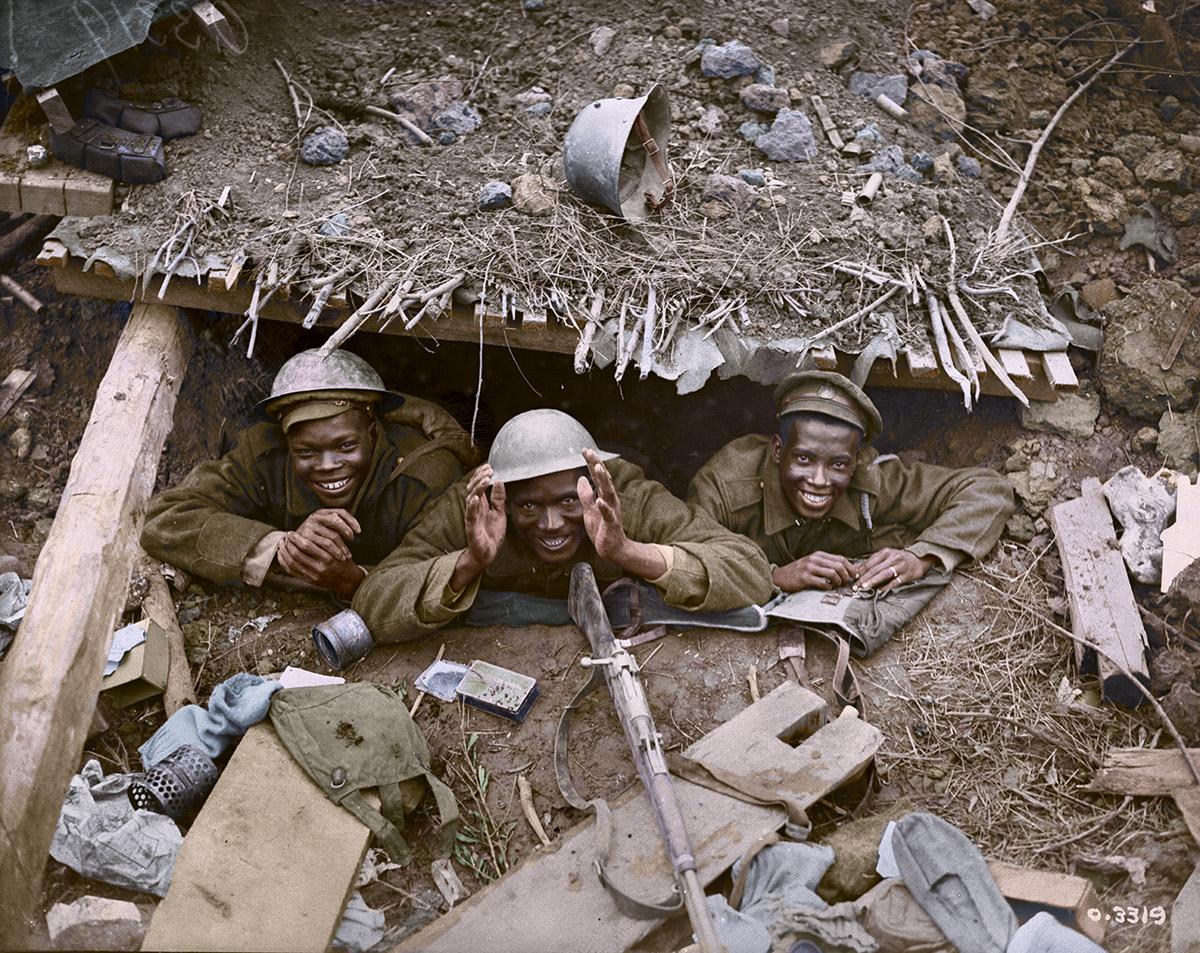 Trois soldats noirs dans une casemate allemande capturée lors de l'avancée canadienne à l'est d'Arras.
