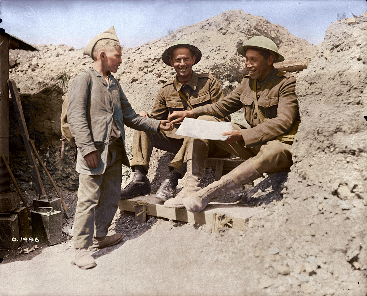 Le simple soldat Tom Longboat, le coureur de fond amérindien, achetant un journal d'un petit marchand français, juin 1917.