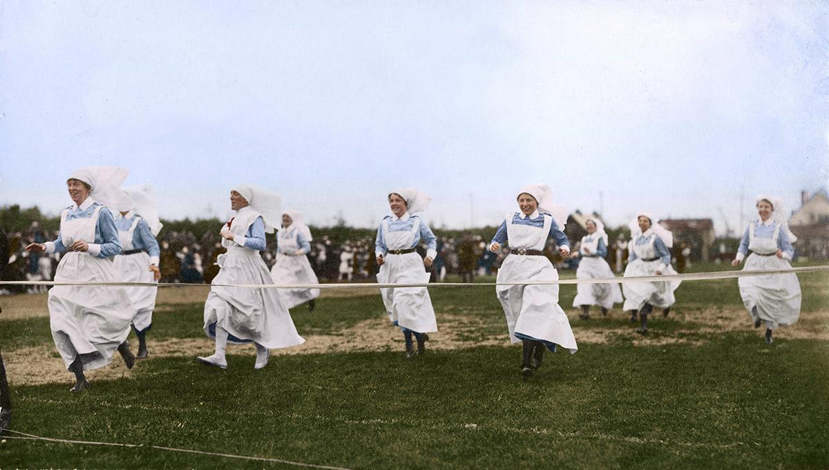 Infirmières se disputant une course à pied lors de la Journée sportive à  l'Hôpital militaire de Tuxedo, Manitoba.