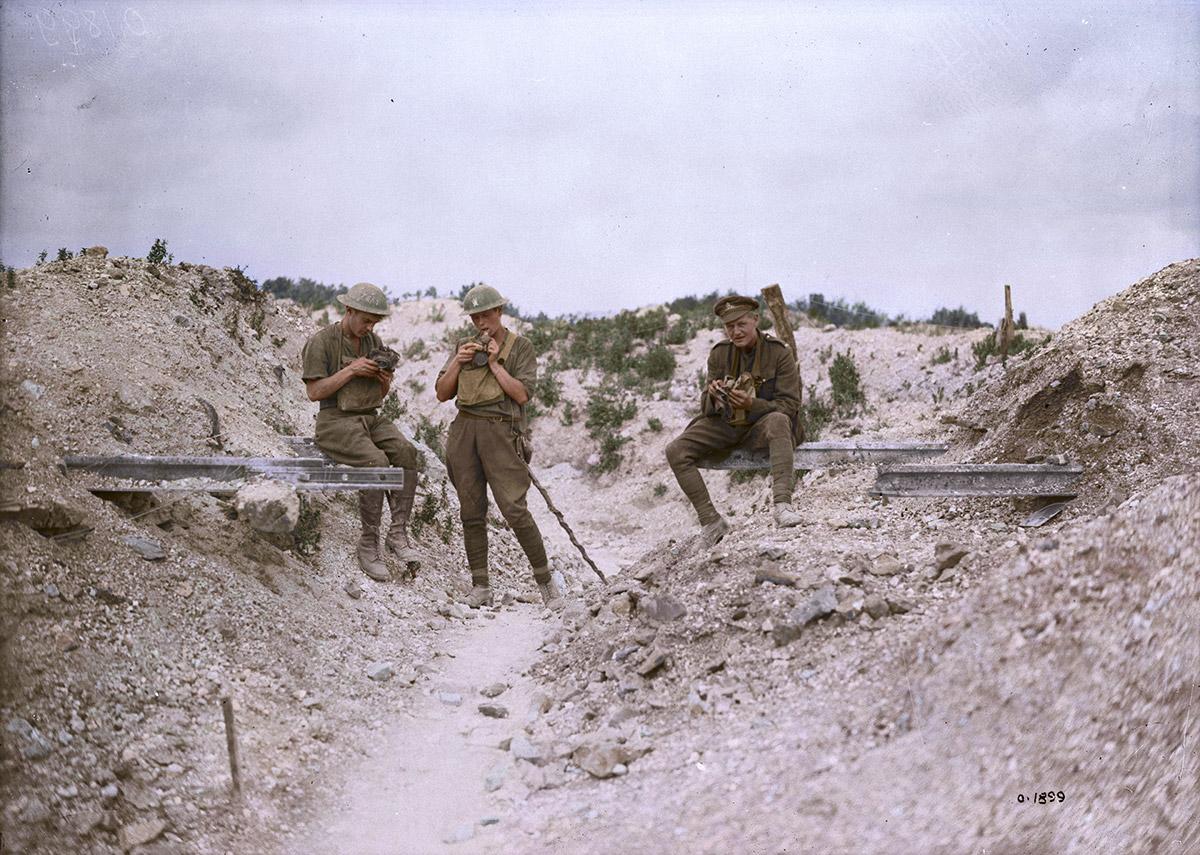 Des Canadiens testent leurs masques à gaz après avoir trimé dans les tranchées, septembre 1917.