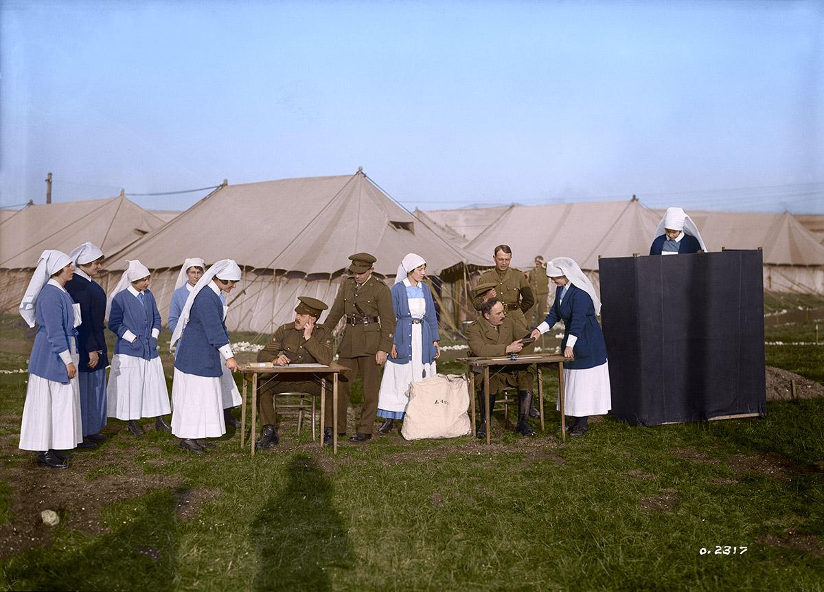 Infirmières militaires à un hôpital canadien votant aux élections fédérales.