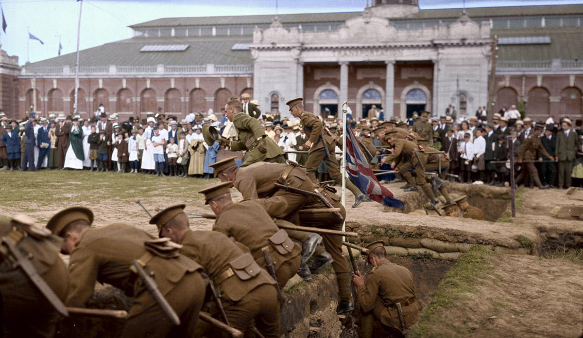 Soldats quittant leurs tranchées sur le terrain de l'Exposition, Toronto, 11 septembre 1915.