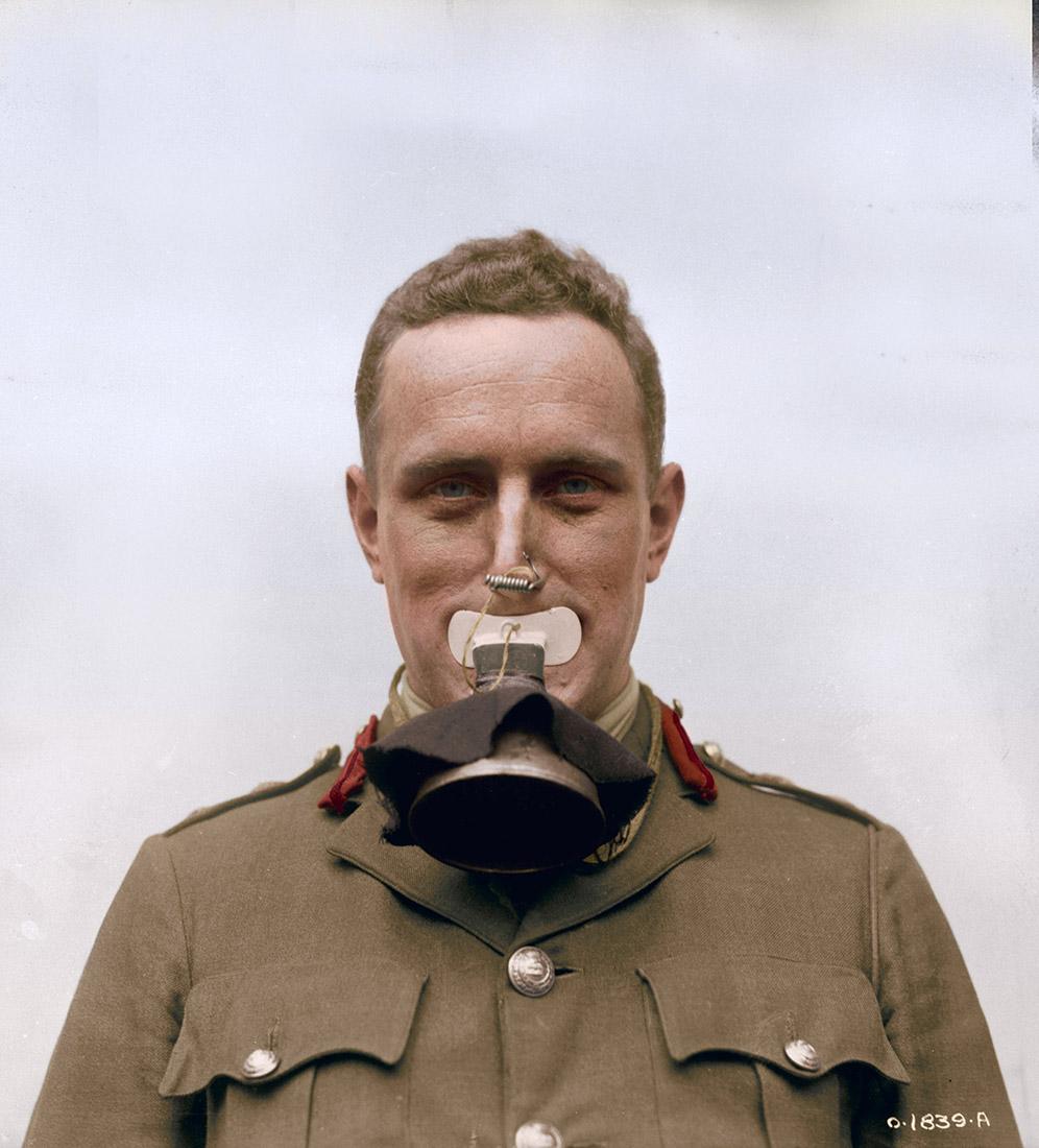 Un masque à gaz nouveau pris aux Allemands par les Canadiens à Lens. Il n'y pas de protection pour les yeux, juste un embout pour la bouche.  Septembre 1917.
